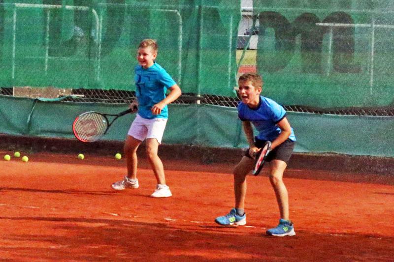 Deux jeunes du TCBJ jouant en doue